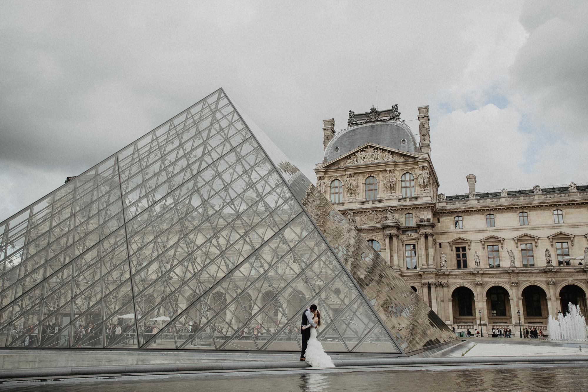 Wedding photo louvre pyramid paris