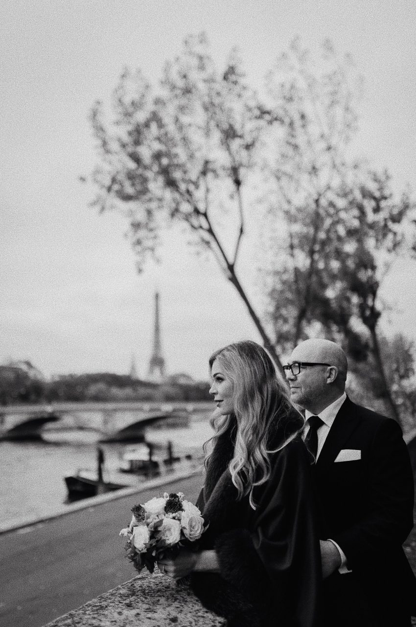 Autumn paris wedding photo eiffel tower black white