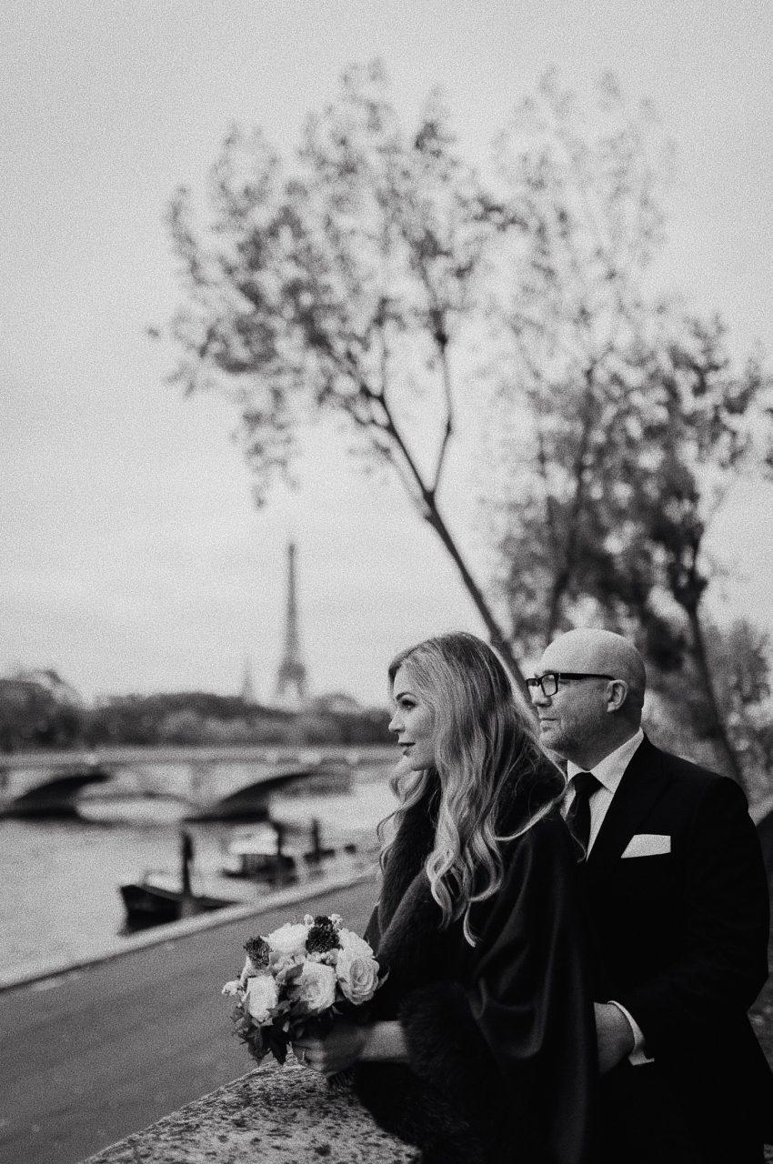 Autumn paris wedding photo eiffel tower black white
