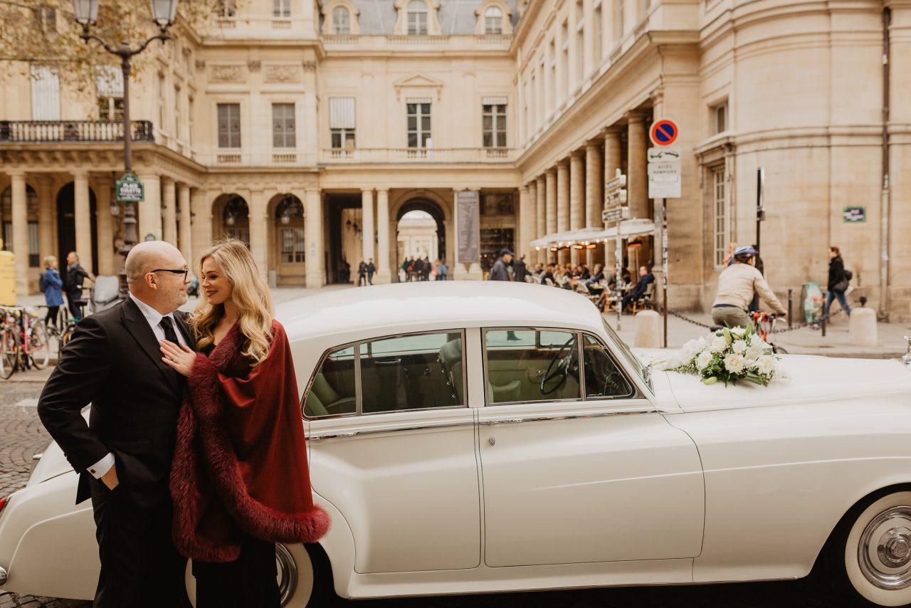 Autumn paris wedding photo palais royral with vintage car
