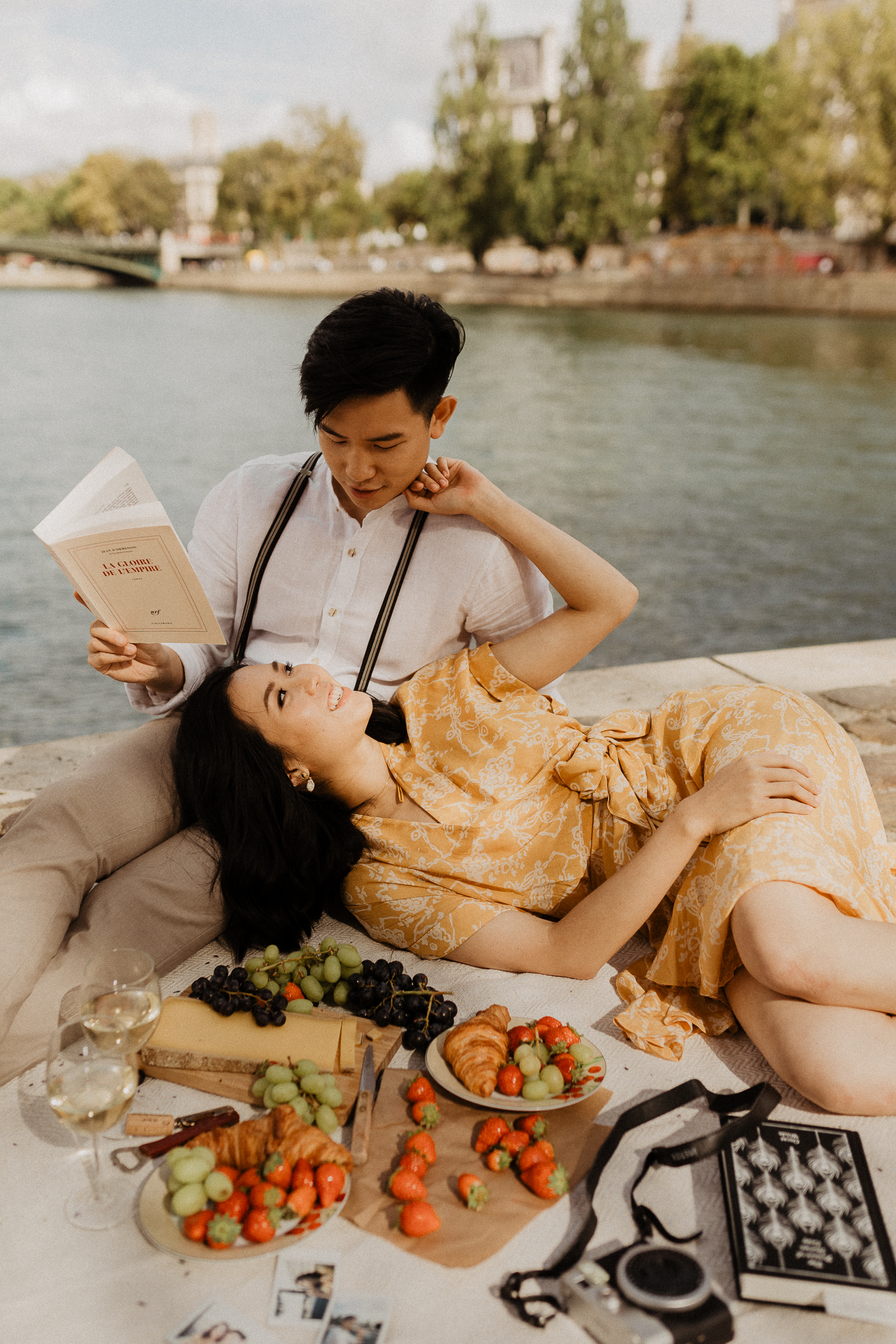 paris couple photo picnic asian