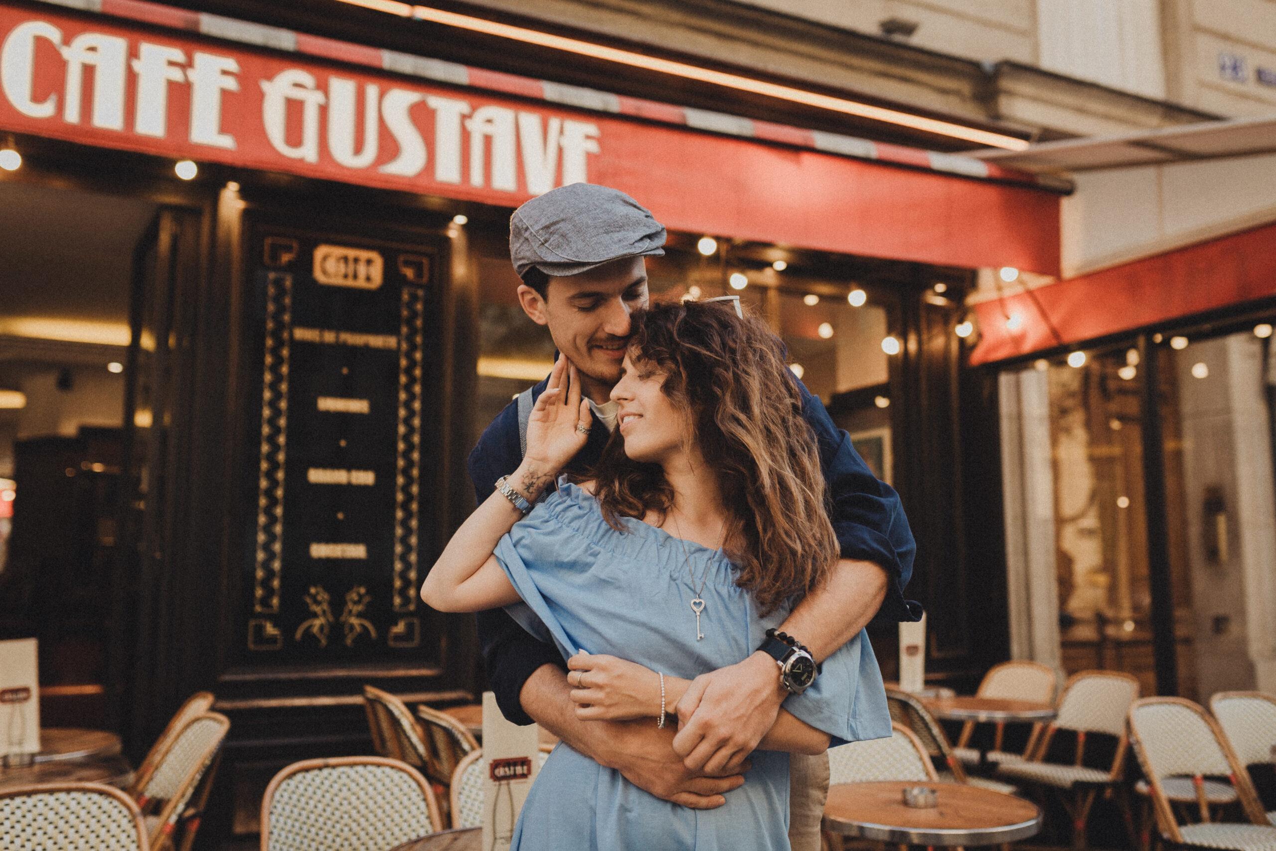 paris couple photos cafe terrarse