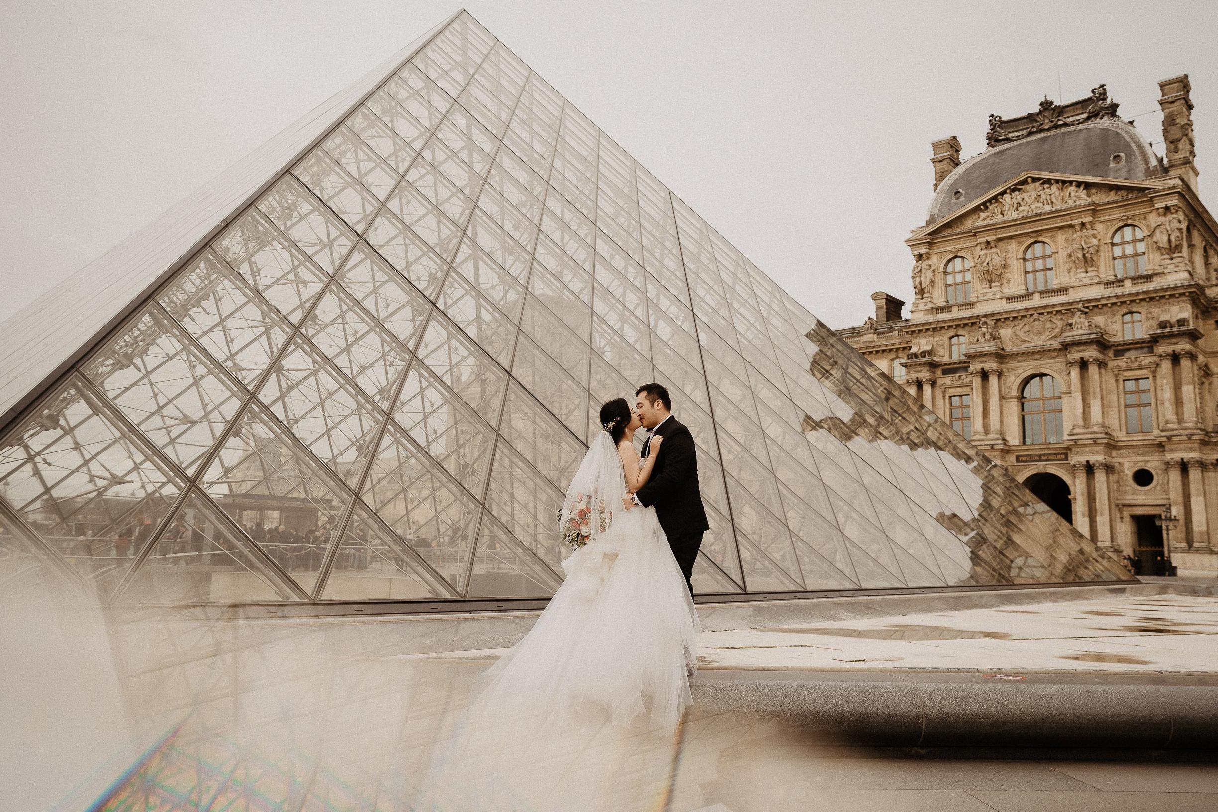 Paris pre-wedding photographer Louvre museum