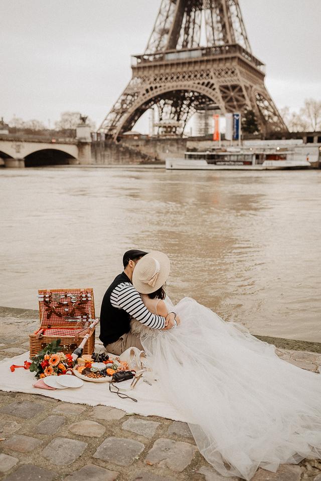 Picnic wedding photo with Eiffel tower Paris