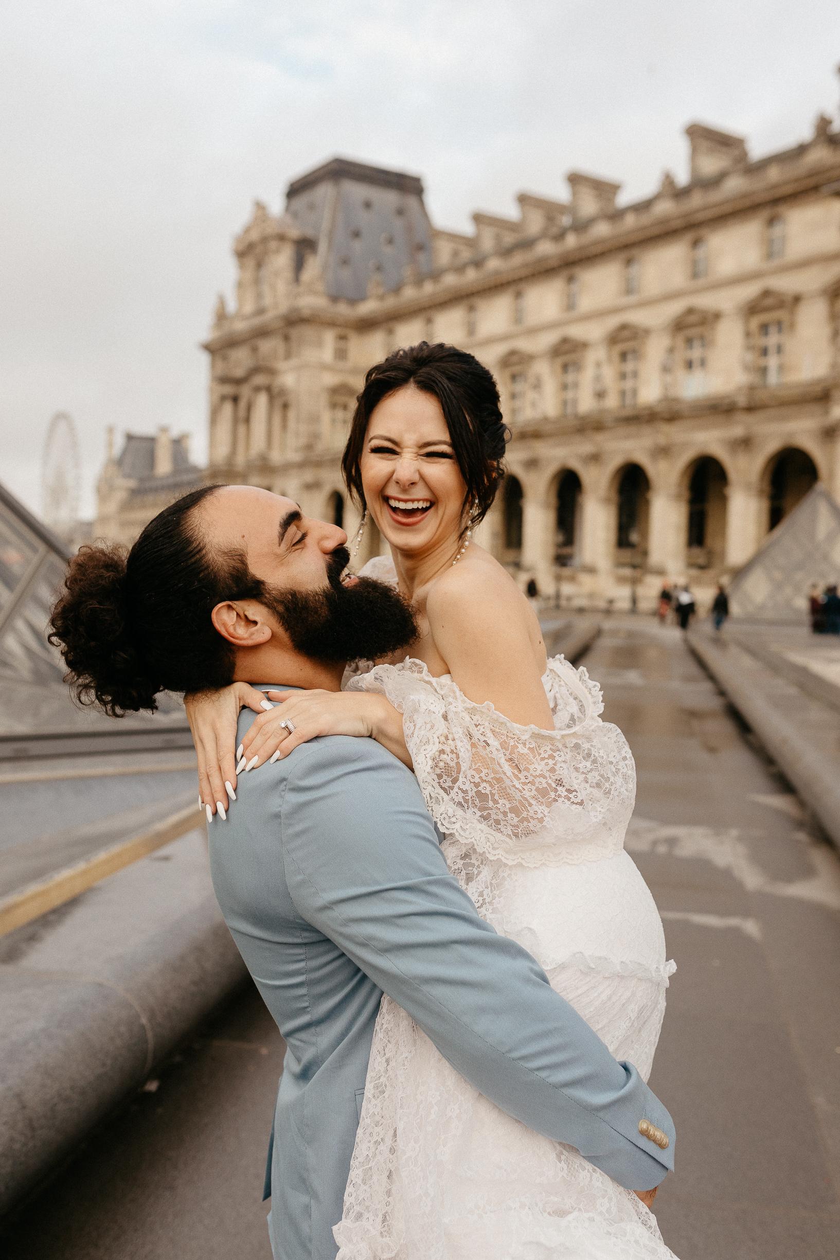 Paris wedding photographer louvre