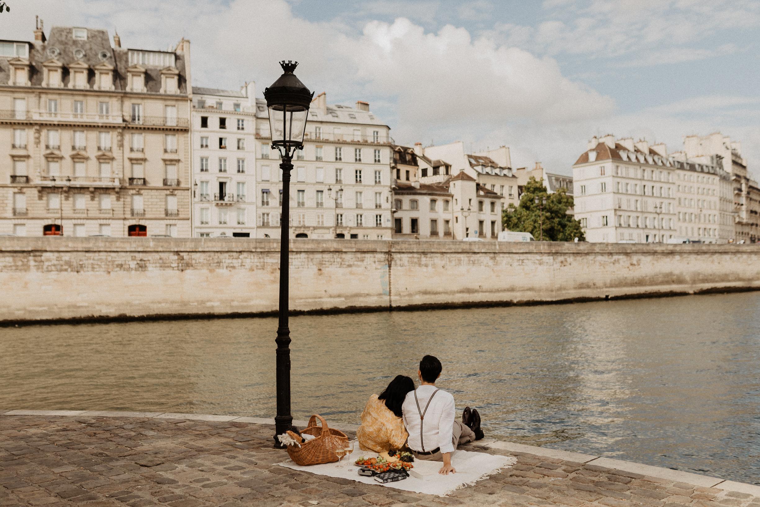 paris engagement photos picnic couple asian ile saint louis