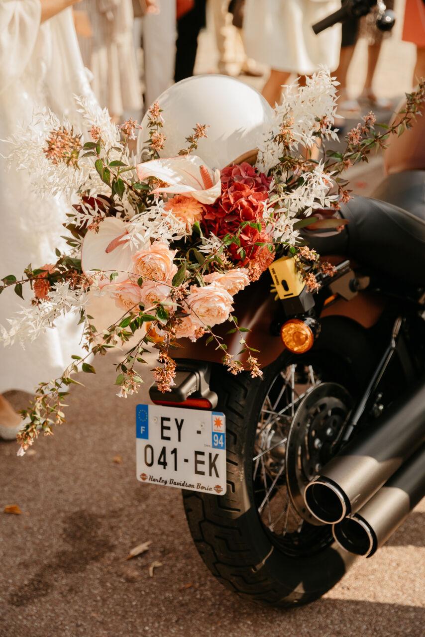 Sortie de mariage civil «Rock & Roll» Harley Davidson motor fleurs Paris
