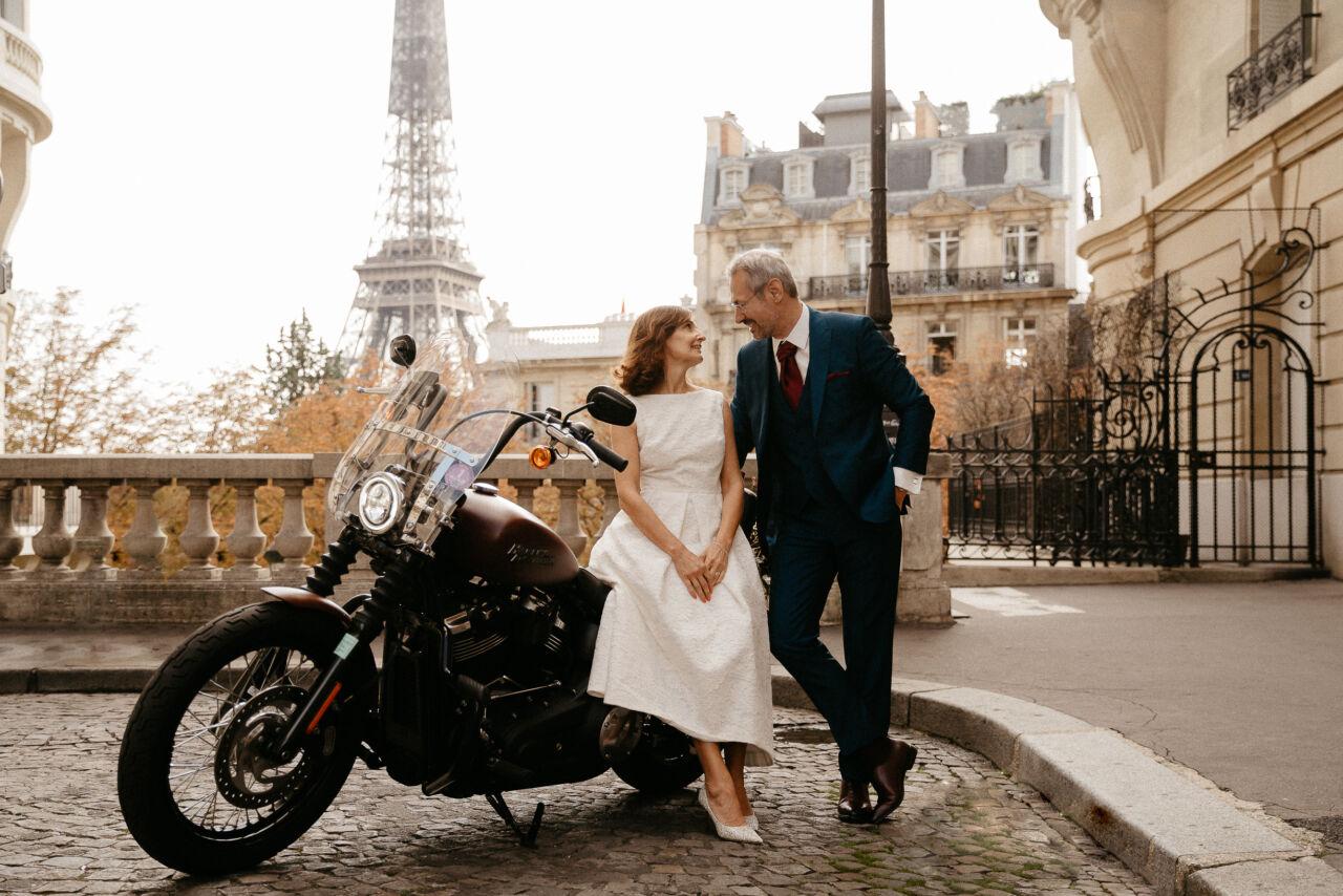 Mariage civil rue avec eiffel motard harley davison