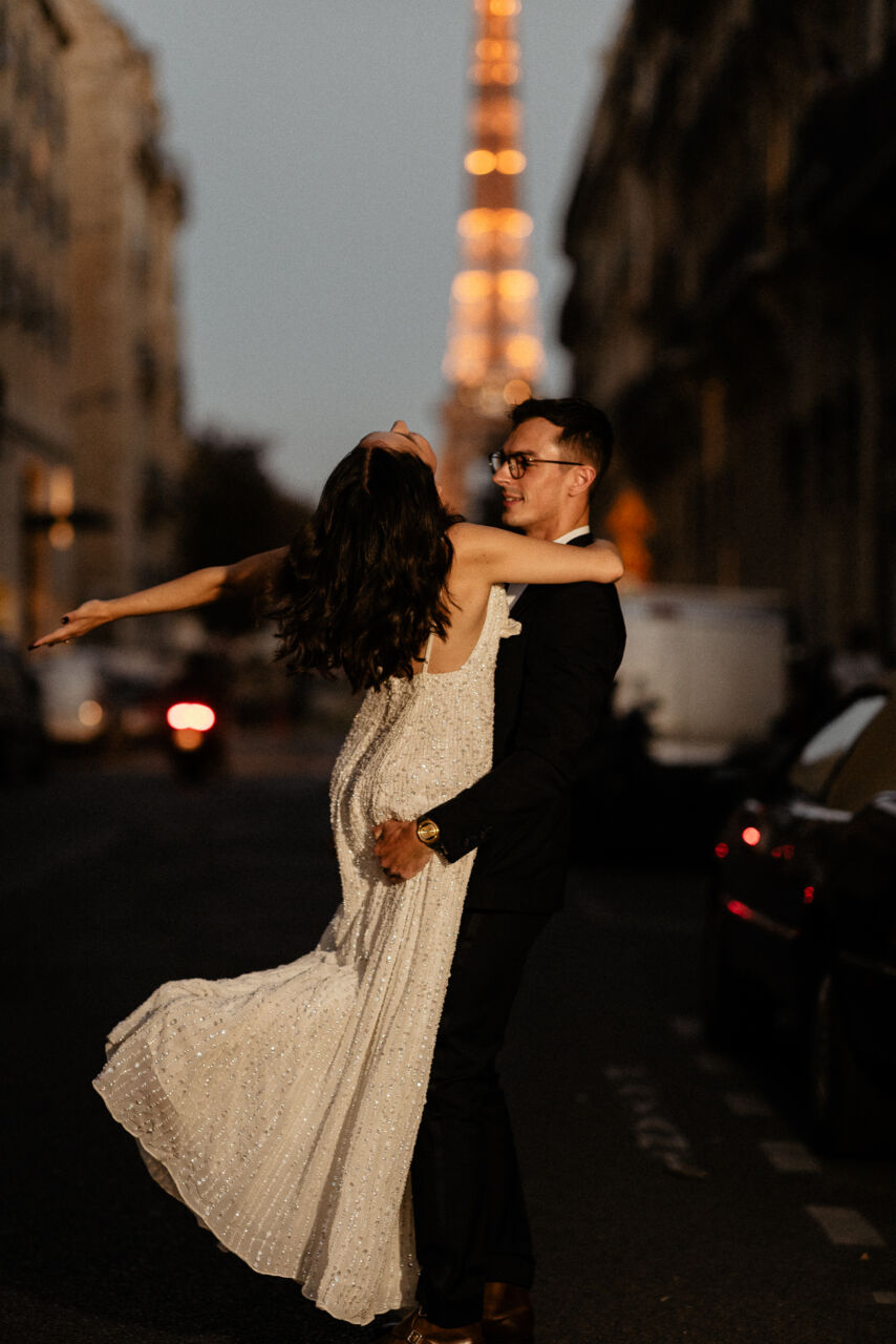 Wedding photo by night with Eiffel tower