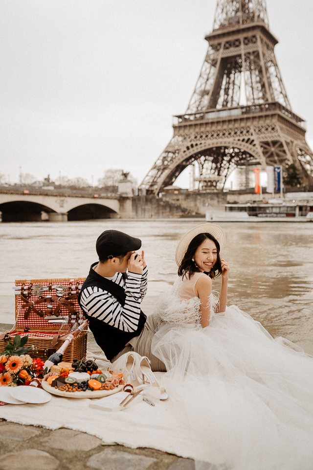 wedding picnic by the seine with eiffel tower