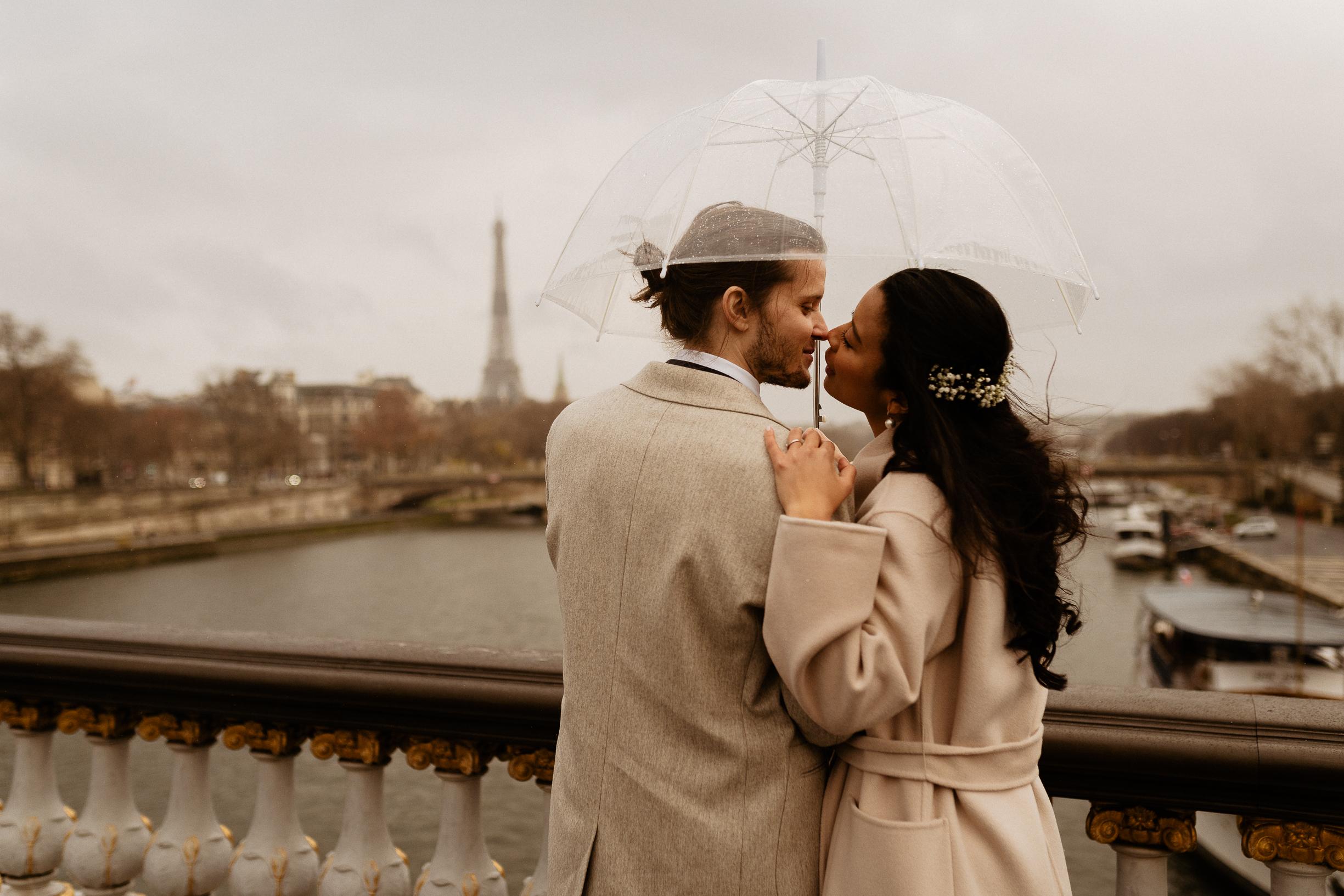 couple kissing on alexandre III bridge