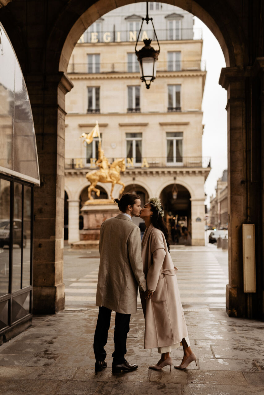 couple kissing rue de rivoli paris