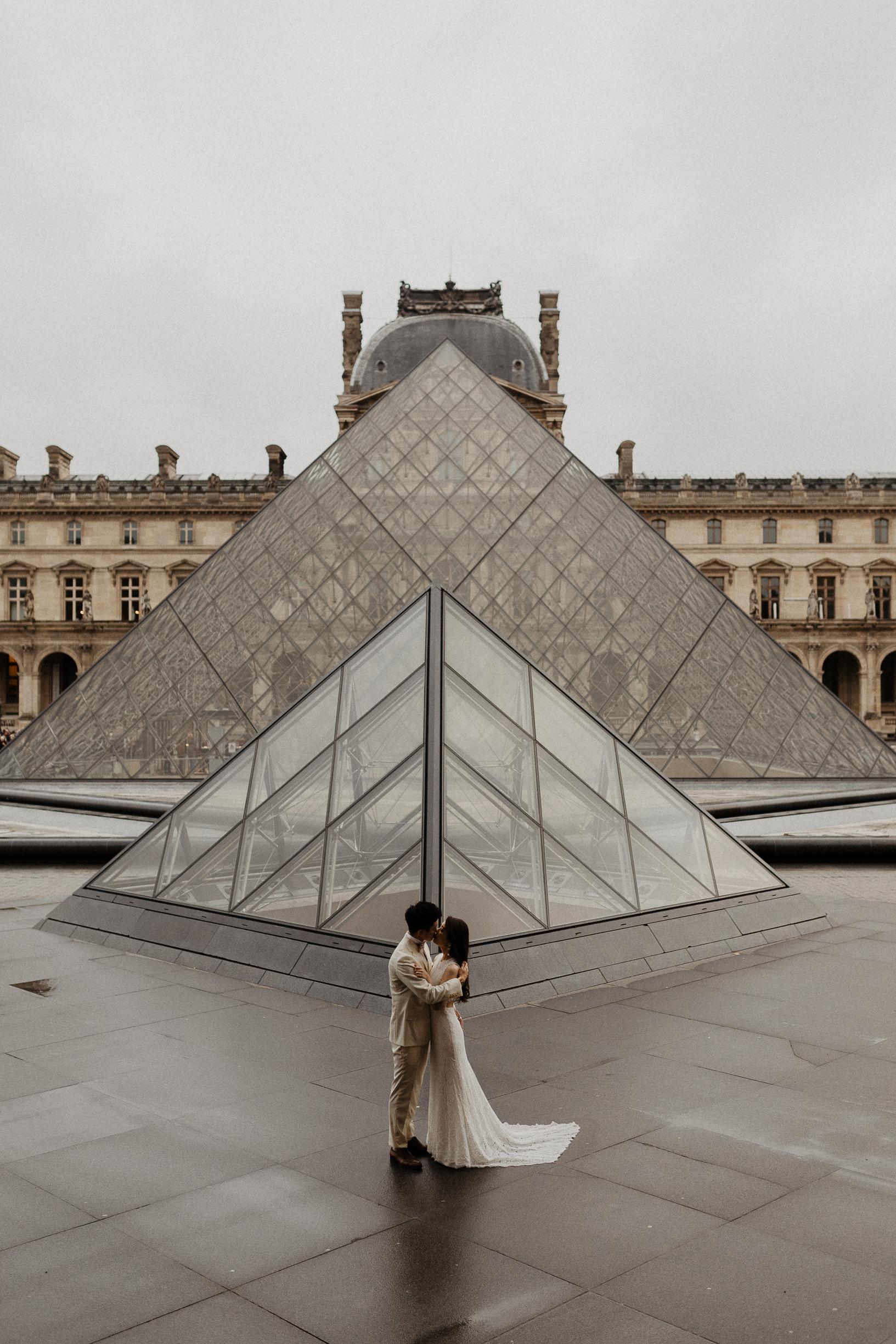 louvre pyramide paris couple wedding photo